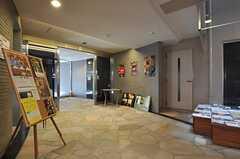 コルクボードにはイベントの案内が。ミュージシャンやクリエイターがスタジオと併せて活用し、様々なイベントを開催しています。(2011-11-26,周辺環境,ENTRANCE,1F)