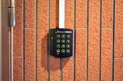 多目的スペースへの入口にもナンバー式の鍵が付いています。(2011-11-26,共用部,OTHER,1F)