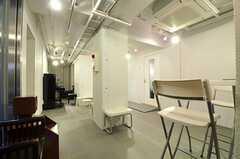 多目的スペースは音楽スタジオが隣接しています。地域を巻き込んたイベントも定期的に開催されています。(2011-11-26,共用部,LIVINGROOM,1F)