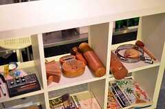 シェルフには、変わった音の出る海外の楽器も。(2011-11-26,共用部,LIVINGROOM,1F)