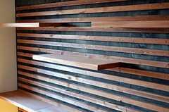 壁には自由にレイアウト変更出来る棚板が用意されています。(503号室)(2011-11-26,専有部,ROOM,5F)
