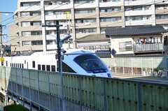 すぐ近くに駅があり、線路を電車が行き来します。(206号室)(2011-11-26,専有部,ROOM,2F)