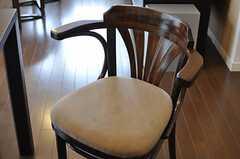 以前オーナーさんが使用していた椅子をリメイクしたそう。(2012-03-16,共用部,OTHER,1F)