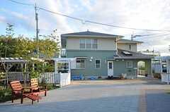シェアハウスに向かい合って、オーナーさんの住まいがあります。(2012-10-02,共用部,OTHER,1F)