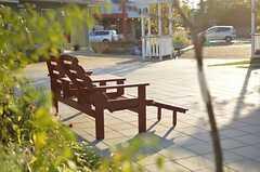敷地内のいたる所にベンチが置かれています。もちろん移動もできます。(2012-10-02,共用部,OTHER,1F)