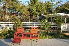 桜の季節は、ベンチを反対側を向ければ花見仕様になります。(2012-10-02,共用部,OTHER,1F)