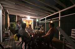 隣の敷地にあるオーナーさん宅のテラスで行われた夜食会。タイミングよく入居者さんが帰ってきたときには、一緒に食卓を囲むことも。(2014-06-04,共用部,PARTY,1F)