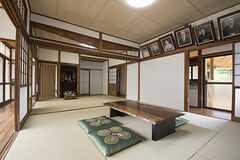 リビングの様子2。オーナーさんの暮らしていた家で、ご先祖様の肖像や仏壇も残されています。法事が行われることもあります。(2016-06-07,共用部,LIVINGROOM,1F)