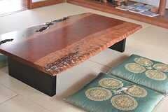 アフリカの木・ブビンガの一枚板を使ったテーブル。和室とも違和感なく馴染んでいます。(2016-06-07,共用部,LIVINGROOM,1F)