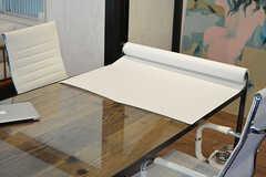 テーブルはホワイトボード代わりになるロール紙が設置されていて、紙を引き出して書き込めます。(2016-11-29,共用部,OTHER,2F)