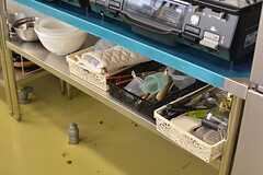 調理グッズはガスコンロの下に設置されています。(2016-06-06,共用部,KITCHEN,1F)