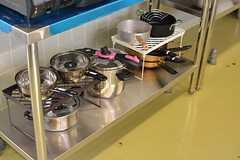 フライパンや鍋類も揃っています。(2016-06-06,共用部,KITCHEN,1F)