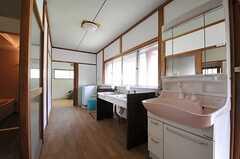 廊下に設置された洗面台の様子。奥に洗濯機があります。(2013-05-17,共用部,OTHER,1F)