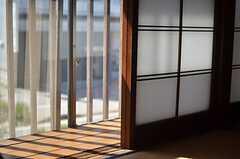 窓の外は大きめの通り。(203号室)(2013-05-17,専有部,ROOM,2F)