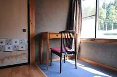 少し古いデスクとチェア。(206号室)(2013-05-17,専有部,ROOM,2F)