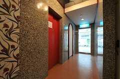 内部から見た玄関周りの様子。(2011-05-11,周辺環境,ENTRANCE,1F)