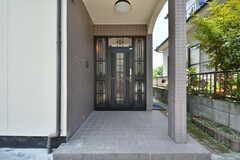 シェアハウスの玄関ドア。(2017-07-13,周辺環境,ENTRANCE,1F)