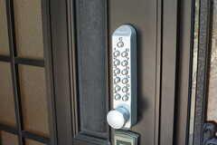 玄関の鍵はナンバー式。(2017-07-13,周辺環境,ENTRANCE,1F)