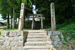 お隣の神社。傾斜はありますが、この階段が駅からの近道です。(2017-07-13,共用部,ENVIRONMENT,1F)