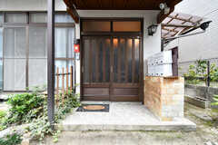 シェアハウスの玄関ドア。引き戸です。(2017-09-14,周辺環境,ENTRANCE,1F)