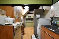 キッチンは奥へと続いています。(2017-09-14,共用部,KITCHEN,1F)