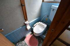 ウォシュレット付きトイレの様子。(203号室)(2017-09-14,専有部,ROOM,2F)