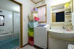 脱衣室には洗面台と洗濯機が設置されています。(2016-03-01,共用部,BATH,1F)
