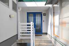 階段を上がって、正面玄関へ。(2014-03-17,周辺環境,ENTRANCE,1F)