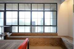 窓際にはベンチが設けられています。(2016-03-01,共用部,LIVINGROOM,1F)