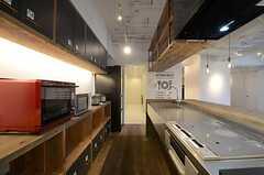 キッチンの様子2。奥は浴室と洗面台が設けられています。(2016-03-01,共用部,KITCHEN,1F)