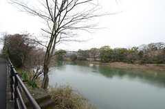 住宅の前には川が流れています。(2016-03-01,共用部,ENVIRONMENT,1F)