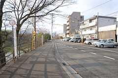 住宅周辺のバス停留所の様子。(2016-03-01,共用部,ENVIRONMENT,1F)