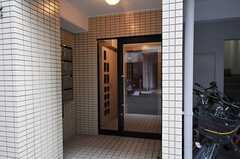 マンションのエントランス。4Fにシェアハウスがあります。(2011-11-27,周辺環境,ENTRANCE,1F)