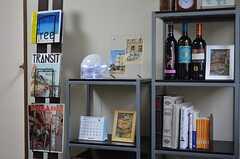 棚にはお酒と旅関連の本が置いてあります。(2011-11-27,共用部,OTHER,4F)