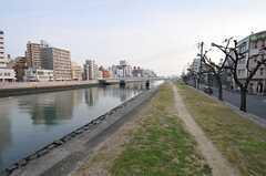 すぐ近くには川が流れています。散歩やジョギングをする方もちらほら。(2011-11-27,共用部,ENVIRONMENT,1F)