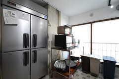業務用冷蔵庫、キッチン家電、ゴミ箱の様子。(2019-04-13,共用部,KITCHEN,1F)