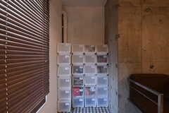 窓辺の空間に専有部ごとに使える収納棚があります。(2019-04-13,共用部,OTHER,1F)