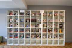 リラックスルームの本棚。漫画が並んでいます。(2019-04-13,共用部,LIVINGROOM,1F)