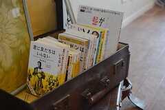 トランクに本が並んでいます。自己啓発本が多めです。(2014-09-16,共用部,LIVINGROOM,1F)
