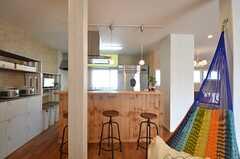 カウンターの様子。裏手にキッチンの作業台があります。(2014-09-16,共用部,LIVINGROOM,1F)