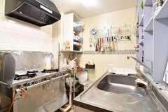 キッチンの様子。キッチンでは元料理人さんによる食事の提供もされています。朝・昼・晩、¥20000/月で食べられます。食べない食事は作り置きか、金額から減らすことができるとのこと。(2016-12-12,共用部,KITCHEN,1F)