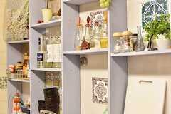 シンクの上は飾り棚です。飾り棚には様々な調味料が飾られています。(2016-12-12,共用部,KITCHEN,1F)