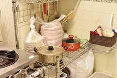 ガスコンロ脇には共用の鍋が置かれています。(2016-12-12,共用部,KITCHEN,1F)