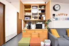 ソファ脇に共用の食器棚が設置されています。(2016-12-12,共用部,KITCHEN,1F)