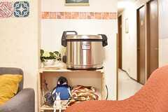ソファ脇の収納棚に、業務用の炊飯器が置かれています。(2016-12-12,共用部,KITCHEN,1F)