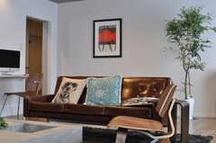 革張りのソファと、可愛らしいクッション。(2013-10-21,共用部,LIVINGROOM,1F)