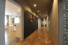 ラウンジから見た廊下の様子。壁一面がコミュニケーションボードになっています。(2013-10-21,共用部,OTHER,1F)