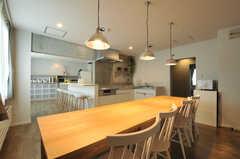 ダイニングの様子2。キッチンは2箇所にあります。(2013-10-21,共用部,KITCHEN,1F)