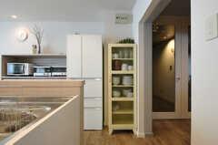 食器棚の様子。ひと通りの食器は揃っています。(2013-10-21,共用部,KITCHEN,1F)