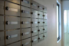 廊下に設置されたポストの様子。(2013-10-21,共用部,LAUNDRY,1F)